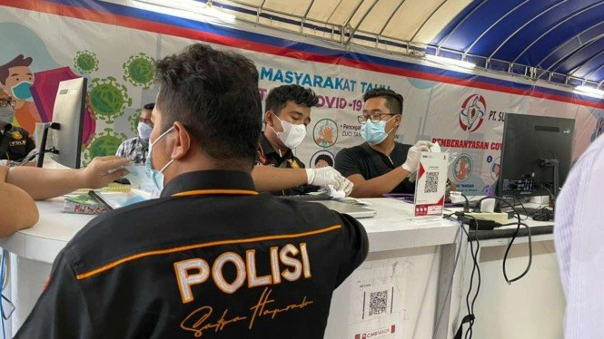 Polisi menggeledah pelayanan rapid antigen COVID-19 drive thru di Medan.