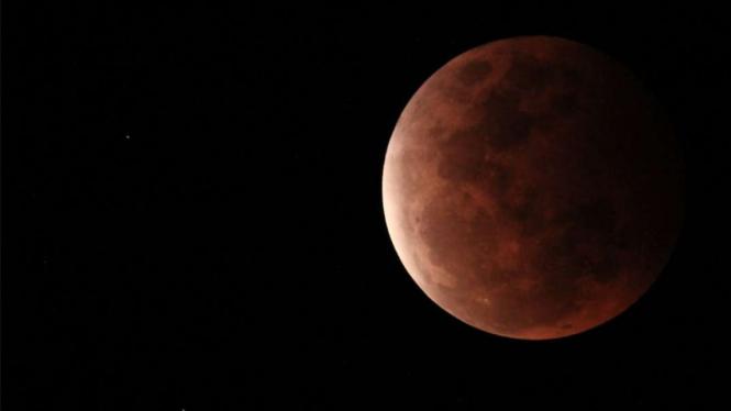 Foto gerhana bulan total di Manado.