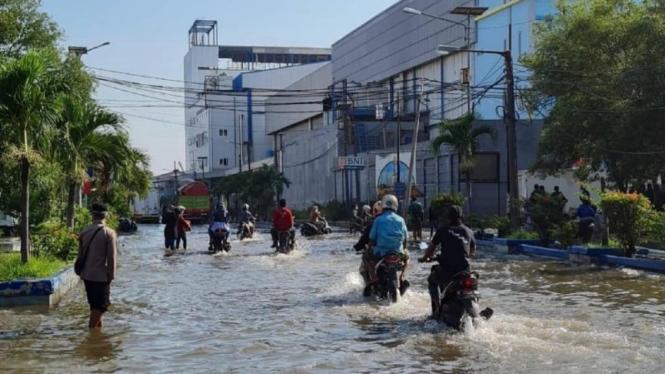 Banjir rob menggenangi kawasan Pasar Ikan Pejarungan Muara Baru Jakarta Utara.