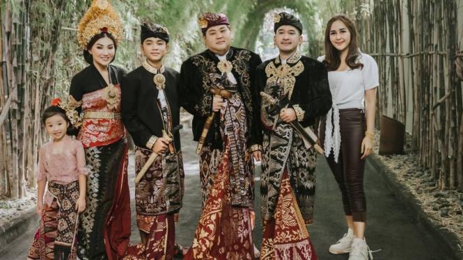 Arik Cahya Dewi bersama keluarga The Onsu.
