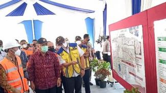 Menteri PUPR Basuki Hadimuljono (tengah) saat menerima penjelasan dari Kepala Badan Pengatur Jalan Tol atau BPJT Kementerian PUPR Danang Parikesit di lokasi groundbreaking jalan tol Cinere-Jagorawi Seksi 3 Kukusan, Depok, Jawa Barat pada Jumat (28/5/2021)