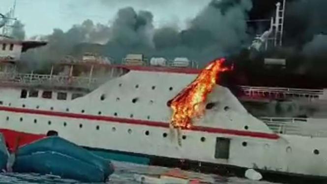 Kapal motor Karya Indah terbakar sesaat setelah berlayar dari Pelabuhan Ternate menuju pelabuhan Sanana, Halmahera Selatan, Maluku Utara, Sabtu pagi, 29 Mei 2021.