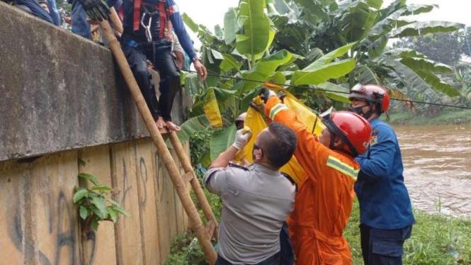 Mayat laki-laki ditemukan tersangkut di Kali Pesanggrahan.