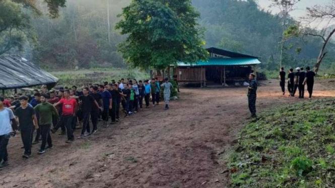 Pengunjuk rasa yang bergabung menjadi anggota milisi hadir dalam pelatihan yang dipimpin oleh Karen National Union (KNU), di tengah protes terhadap kup militer, di negara bagian Karen, Myanmar, Jumat, 9 April 2021.