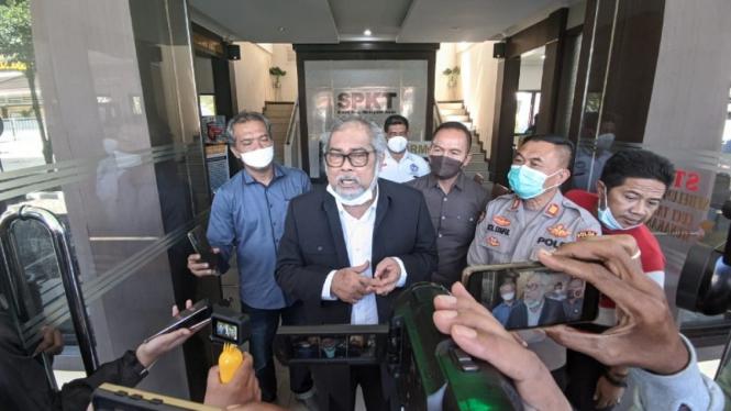 Ketua Komnas PA Arist Merdeka Sirait saat melapor ke Polda Jatim, Sabtu, 29 Mei
