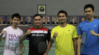 Sekjen PP PBSI, Muhammad Fadil Imran dan pemain ganda putra Indonesia.