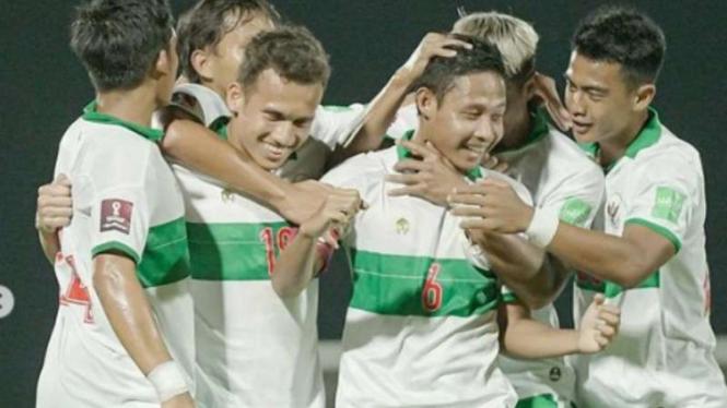 Pemain Timnas Indonesia rayakan gol Evan Dimas Darmono.