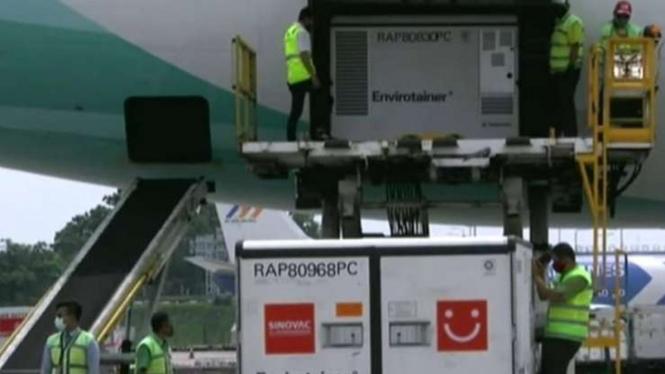 Vaksin dari PT Sinovac Biotech, Beijing, Tiongkok tiba di Bandara Soetta.