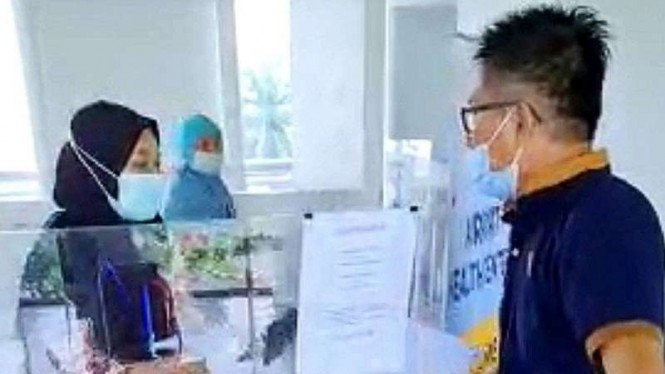 Calon penumpang pesawat berinisial HYF memarahi petugas Farmalab di Sky Bridge Bandara Sultan Mahmud Badaruddin II Palembang karena hasil tes antigen untuknya keliru, Senin, 30 Mei 2021.