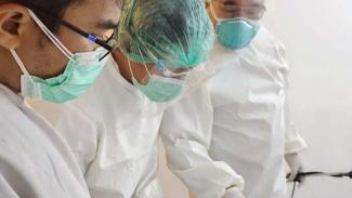(FOTO ILUSTRASI) Tenaga kesehatan menangani kasus COVID-19.