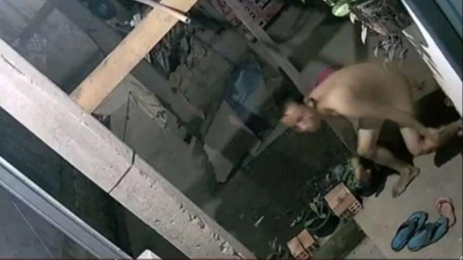 Seorang pria tanpa busana terekam CCTV sedang mencuri di Jalan Tembok Baru, RT 07 RW 01, Kecamatan Jakabaring Palembang, Sumatera Selatan, Selasa dini hari, 1 Juni 2021.