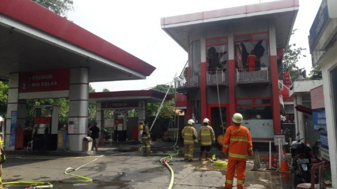 Kebaran di kantor SPBU Pertamina di Jalan Pramuka Raya, Senen, Jakarta Pusat.