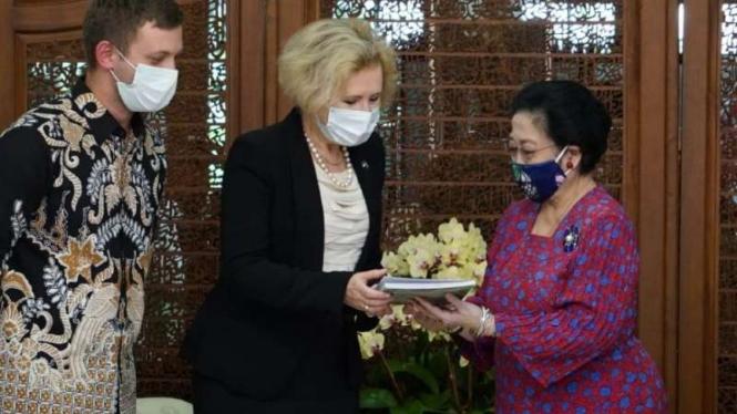 Dubes Rusia untuk RI Lyudmila Vorobieva dan Megawati Soekarnoputri