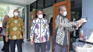 Plt Dirjen Haji dan Umrah Kemenag Khoirizi saat meninjau Asrama Haji Pondok Gede