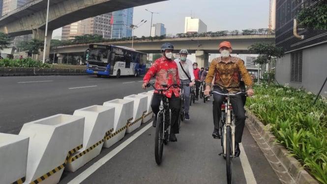 Gubernur DKI Jakarta Anies Baswedan gowes bareng Komunitas Bike to Work