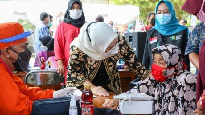 Bupati Purwakarta Anne Ratna Mustika di Vaksinasi Lansia
