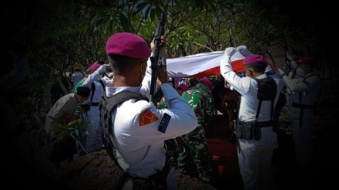 VIVA Militer: Prosesi pemakaman Serda Mar Nur Khoirudin