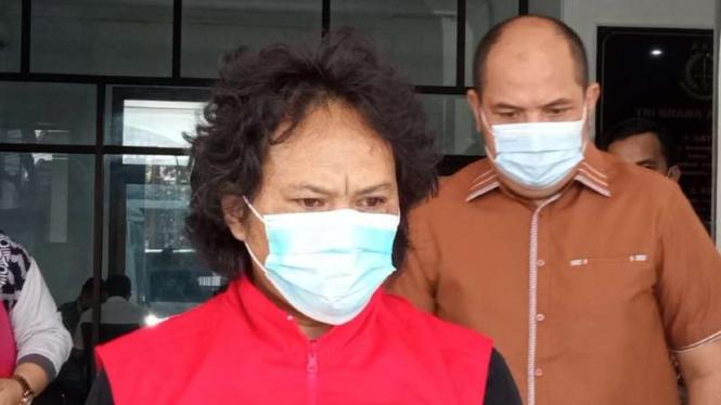 Deni Wardani, terpidana kasus korupsi dana hibah Pemerintah Kota Bandung tahun anggaran 2010, ditangkap, Kamis malam, 3 Juni 2021, setelah selama delapan tahun buron dan dicari-cari oleh aparat Kejaksaan Negeri.