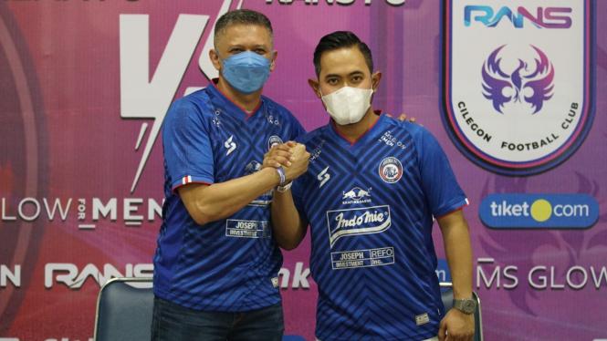 Presiden baru Arema FC, Gilang Widya Pramana (kanan) dan Iwan Budianto