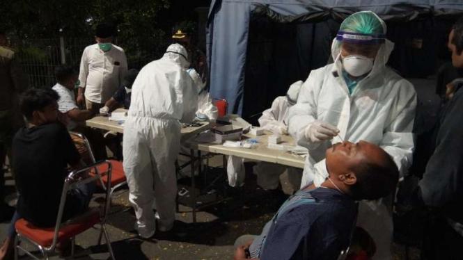 Sejumlah pengendara yang melintas di Jembatan Suramadu sisi Surabaya di-rapid test antigen untuk deteksi dini penularan COVID-19, Minggu, 6 Juni 2021, menyusul lonjakan pasien terinfeksi virus corona di Bangkalan, Madura.