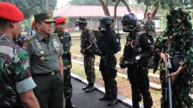 VIVA Militer: Letjen TNI Johannes Suryo Prabowo (tengah) saat menjabat Kasum TNI