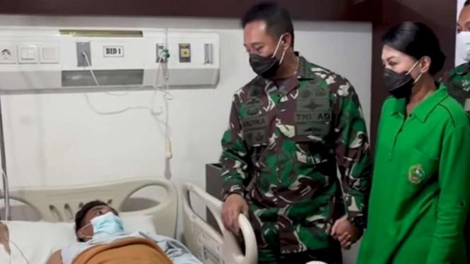 VIVA Militer: Jenderal TNI Andika jenguk prajurit TNI AD yang kena tembak OPM