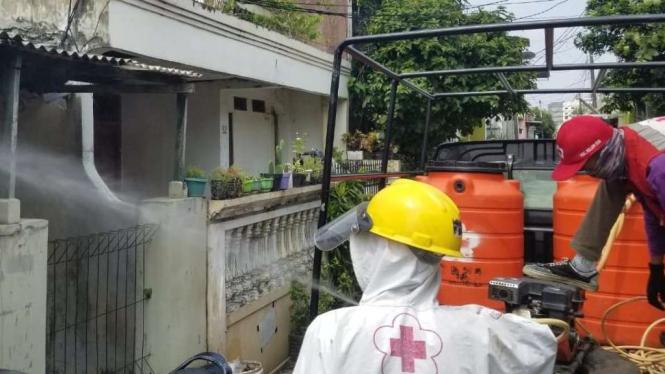 Penyemprotan disinfektan di Kelapa Dua, Tangerang.