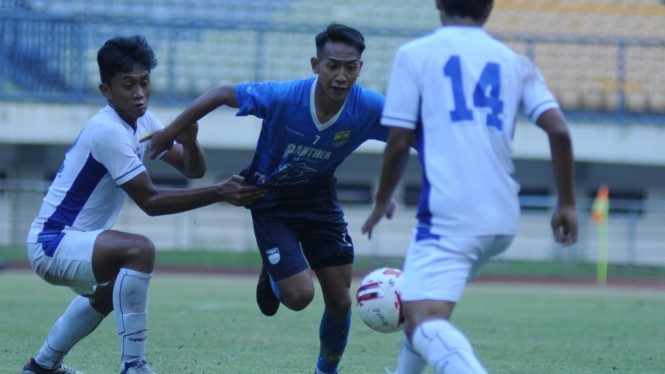 Bintang muda Persib Bandung, Beckham Putra Nugraha (tengah)