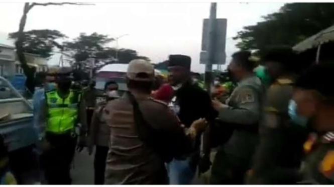 Tangkapan layar (screen shot) rekaman video yang memperlihatkan seorang pria marah-marah kepada petugas di pos penyekatan Jembatan Suramadu, Surabaya, Jawa Timur, Selasa, 8 Juni 2021.