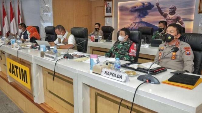 Kepala BNPB Letnan Jenderal TNI Ganip Warsito bersama Gubernur Jawa Timur Khofifah Indar Parawansa dan beberapa pejabat lainnya membahas lonjakan kasus COVID-19 di Bangkala, Madura, dalam forum rapat di Surabaya, Senin malam, 7 Juni 2021.