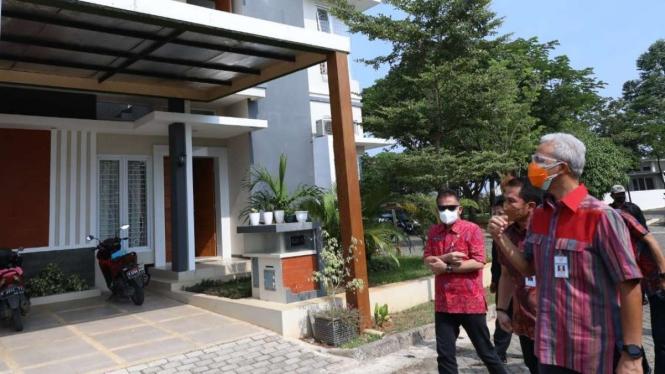 Gubernur Jateng Ganjar Pranowo saat meninjau tempat isolasi mandiri di Kudus.
