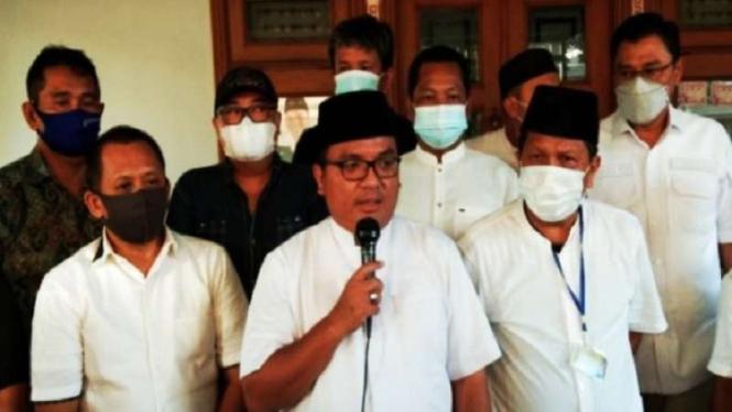 Calon Gubernur Kalimantan Selatan Denny Indrayana memberikan konferensi pers