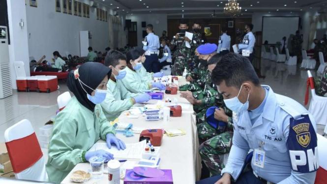 VIVA Militer: Peringati HUT ke-75, Korps Baret Biru Gelar Donor Darah