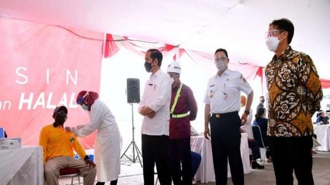 Presiden Jokowi meninjau vaksinasi COVID-19 massal di Pelabuhan Sunda Kelapa
