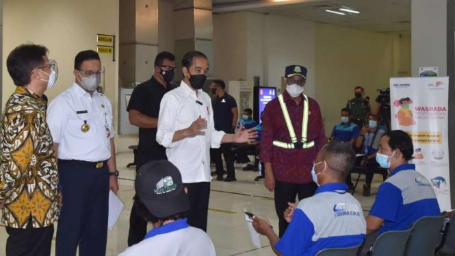 Presiden Jokowi meninjau vaksinasi COVID-19 massal di Pelabuhan Tanjung Priok