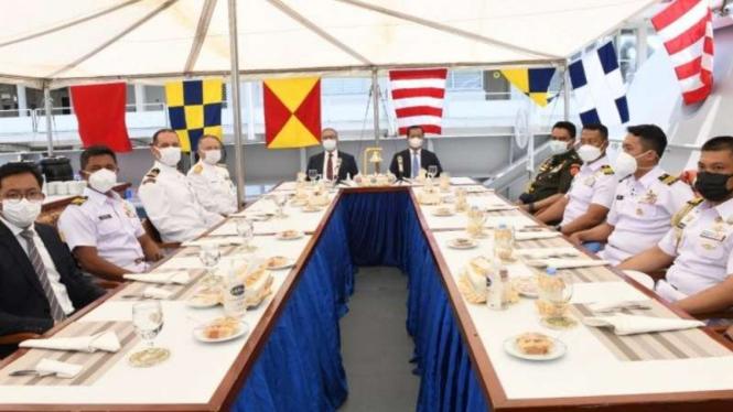 Jamuan makan yang diselenggarakan KBRI Ankara di atas geladak KRI Sultan Iskanda