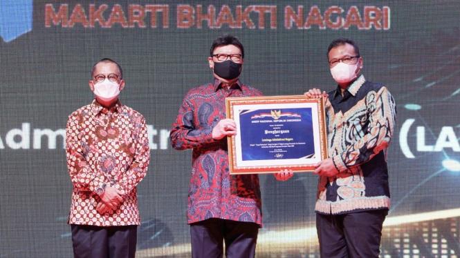 Kepala LAN menerima piagam penghargaan Pengawasan Kearsipan dari Menteri PANRB