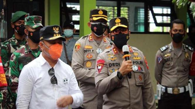 Kapolda dan Gubernur Kalteng meninjau proses vaksinasi
