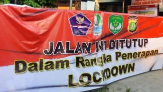 Perumahan di Bekasi dikaratina karena 26 warganya terpapar COVID-19.