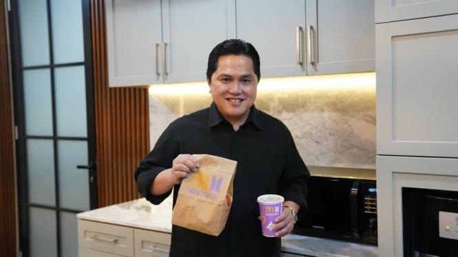 Erick Thohir ikut nikmati BTS Meal.