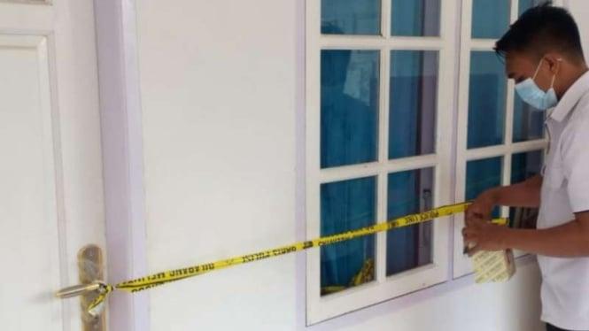 Polisi menyegel sebuah kamar asrama santri di salah satu pondok pesantren Nagari Alahan Panjang, Kecamatan Lembah Gumanti, Kabupaten Solok, Sumatera Barat, Jumat, 11 Juni 2021, untuk penyidikan kasus kekerasan seksual.