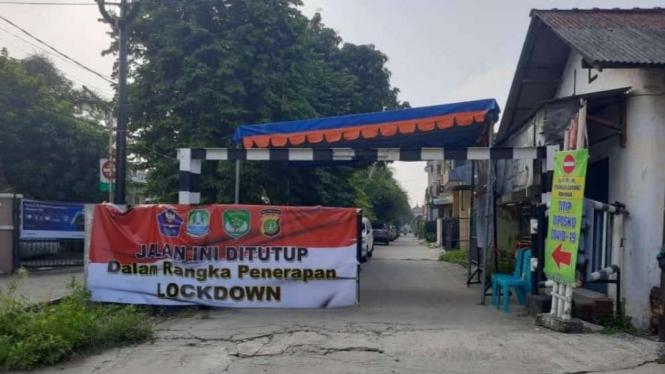 Perumahan di Kota Bekasi di-lockdown lokal karena ada warganya positif COVID-19.