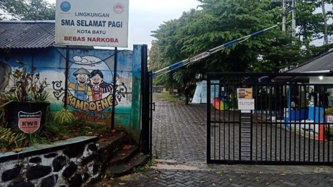 Pintu gerbang Sekolah Pagi Indonesia (SPI), di Kota Batu, Jawa Timur, yang sedang menjadi sorotan menyusul kabar dugaan pelecehan seksual terhadap pelajar di sekolah itu.