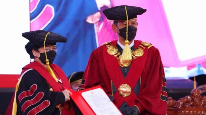 Megawati Soekarnoputri menerima gelar Profesor Kehormatan dari Unhan.