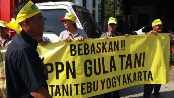 Aksi para petani menolak penerapan PPN terhadap gula petani sebelumnya di Yogyak