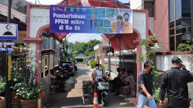 Pemberlakuan PPKM mikro di RW 06, Kepala Dua, Kabupaten Tangerang.