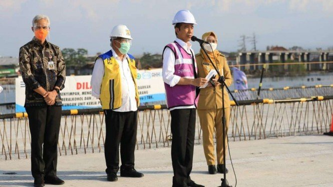 Presiden Jokowi meninjau progres pembangunan jalan Tol Semarang-Demak.