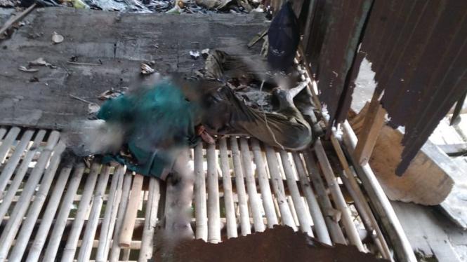 Mayat pria yang ditemukan di dekat bekas kandang ayam.