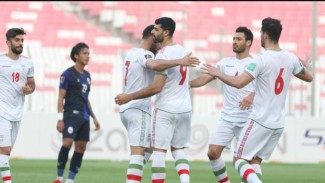 Para pemain Iran merayakan kemenangan 10-0 atas Kamboja.