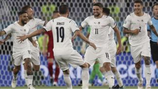 Para pemain Timnas Italia merayakan gol.